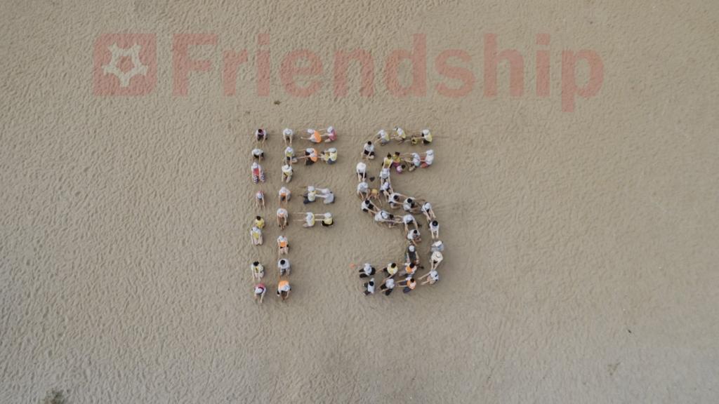 FS - Viết tắt của Friendship được xếp thành hình bởi nhân viên công ty