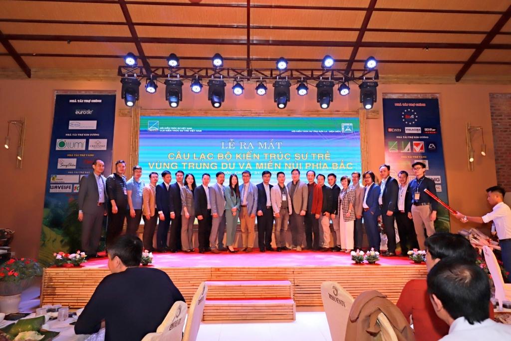 Đại diện Hội kiến trúc sư Việt Nam chụp ảnh lưu niệm cùng BĐH CLB Kiến trúc sư trẻ vùng Trung Du và Miền Núi Phía Bắc