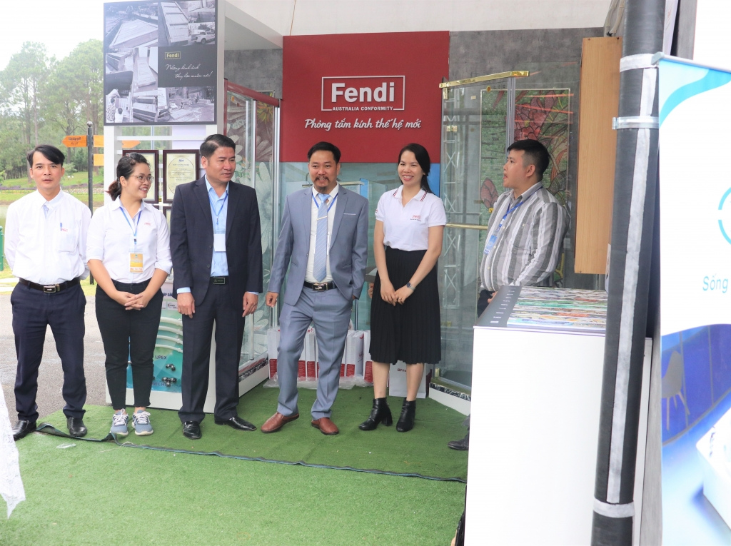 Đại diện BTC Lễ ra mắt CLB Kiến trúc sư trẻ Vùng Trung Du và Miền Núi Phía Bắc tới thăm quan sản phẩm tại gian hàng Phòng tắm kính thế hệ mới Fendi