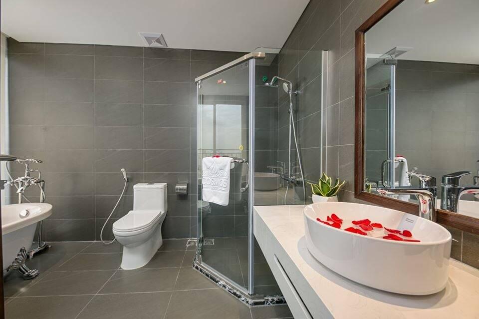 Phòng tắm tuy nhỏ nhưng nhờ việc phân chia khu vực khô - ướt bằng vách kính đã khiến không gian như rộng hơn