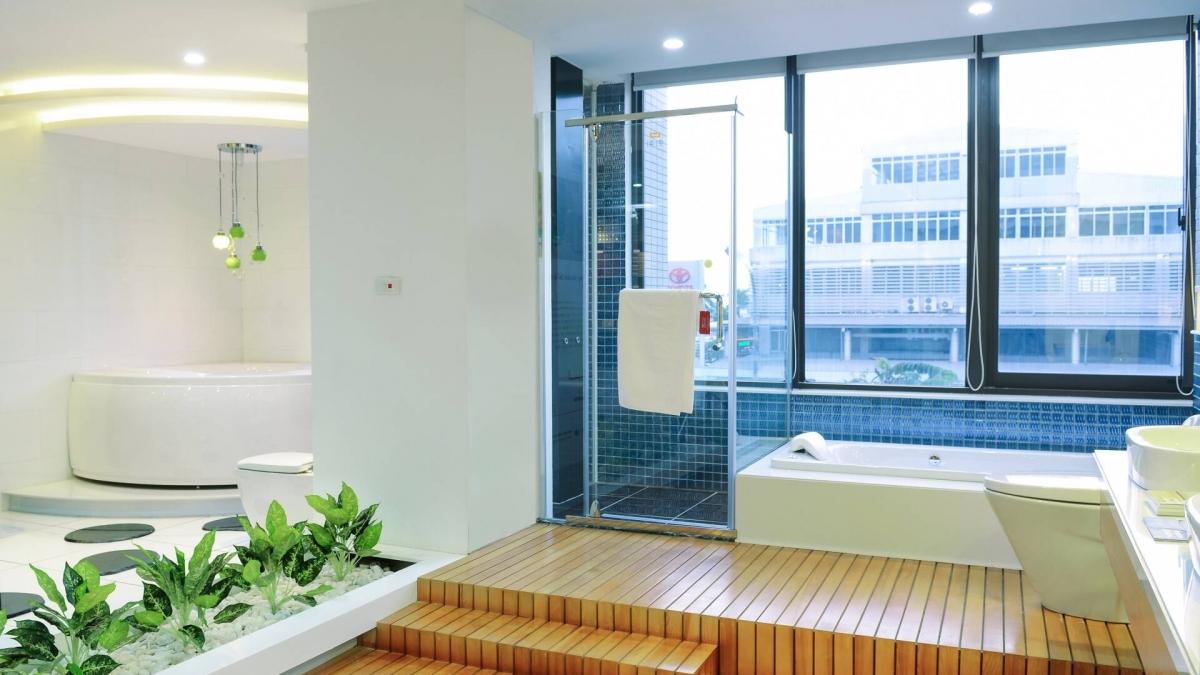 Phòng tắm kính không có giới hạn cận dưới, nhưng không nên thấp hơn 1,8m để thuận tiện khi sử dụng