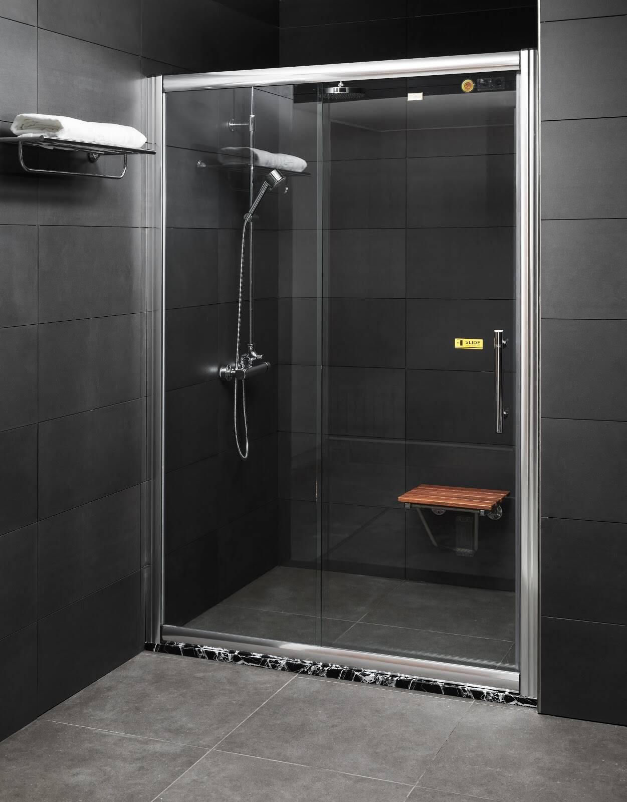 Phòng tắm kính cửa mở trượt của Fendi được thiết kế rất gọn đẹp và chắc chắn